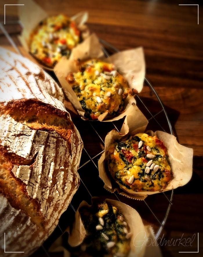 Brot und Gemüsemuffins auf einem Abkühlgitter